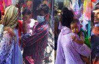 কোলের শিশুকে নিয়েই ঈদের কেনাকাটায় মায়েরা