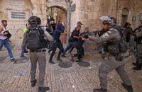 আবারো আল-আকসা মসজিদে ইসরায়েলি বাহিনীর অভিযান, আহত বহু