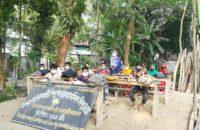 আমতলীতে গাছতলায় বিদ্যালয়ে পাঠদান