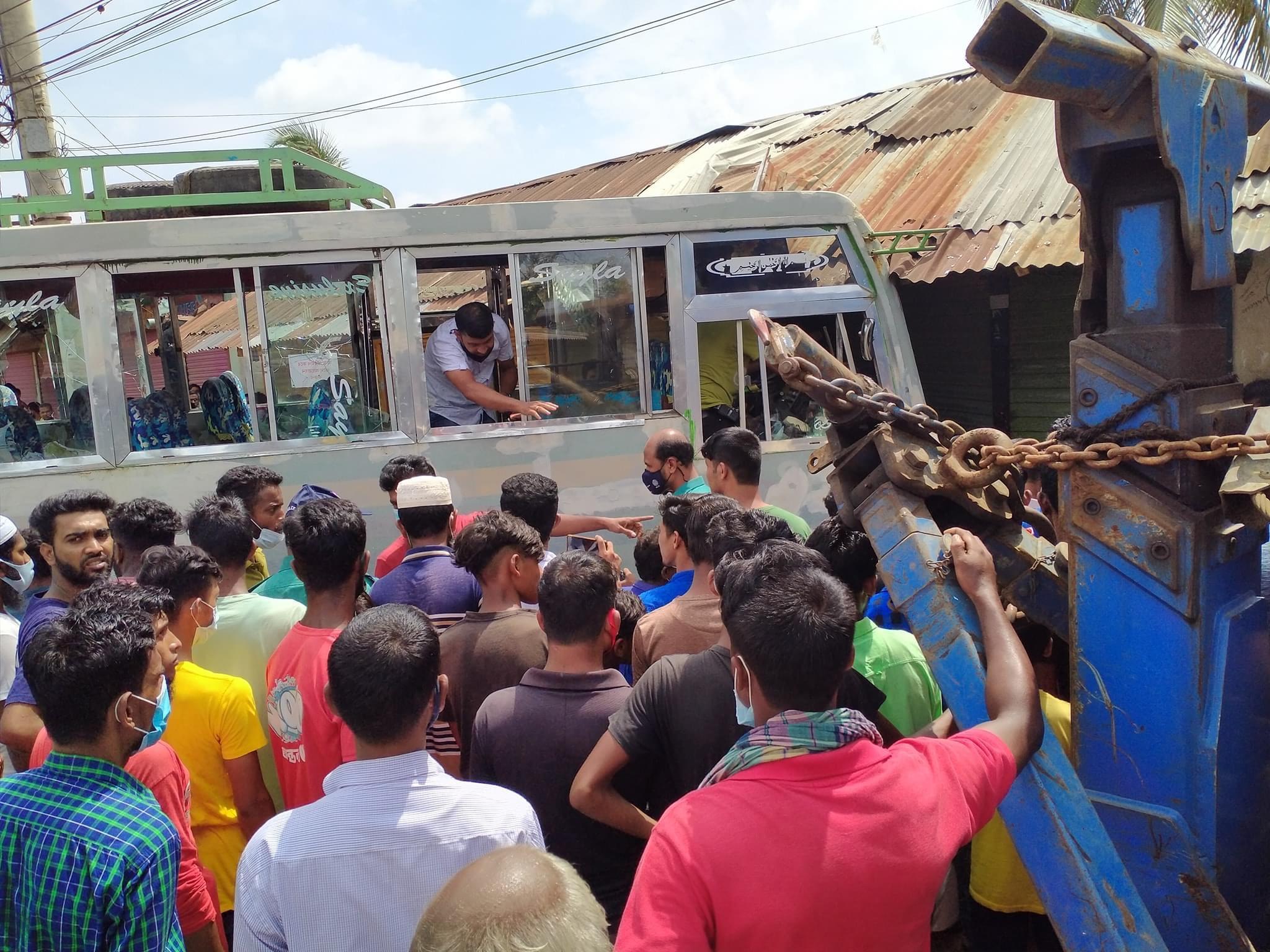 নিয়ন্ত্রণ হারিয়ে দোকানের ভিতর ফরচুন সু কোম্পানির বাস
