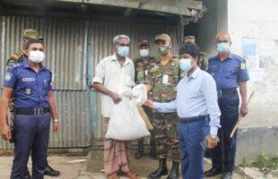 নেছারাবাদে সেনাবাহিনীর ত্রাণ সামগ্রী বিতরন