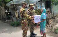 বরিশালে দরিদ্র পরিবারের মাঝে সেনাবাহিনীর ত্রাণ বিতরণ